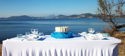 Réalisation d'une décoration de table, d'une cérémonie laïque et photobooth sur le thème élégance et gourmandise au bord de la mer