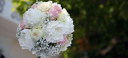 Réalisation d'une arche de fleurs (Roses blanches)