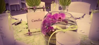 Réalisation de la décoration des tables. Vase haut et boule de fleurs (Tons violet et blanc)