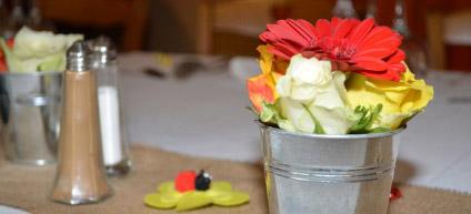 Réalisation d'une décoration de table pour un anniversaire sur le thème du printemps